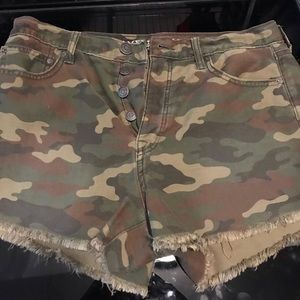 AMERICAN EAGLE- Camo triple button shorts